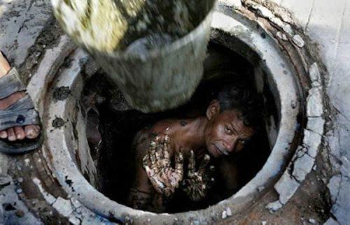 Les Dalits Harijan et Racime Hindoue Sewer-diver-mumbai