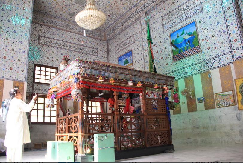 shrine-of-shah-noorani